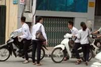 Ra quân xử lý học sinh chưa đủ tuổi đi xe máy tới trường