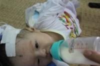 Bé 2 tháng tuổi mang trong mình đủ thứ bạo bệnh