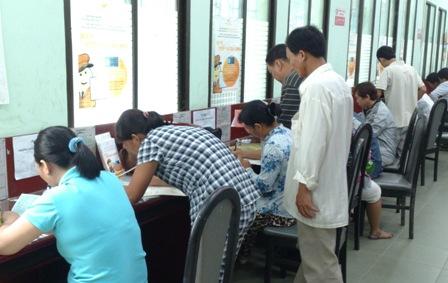 Nhiều người dân đến đăng ký làm CMND tại PC64