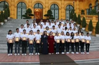 Phó Chủ tịch nước gặp mặt các học sinh xuất sắc năm 2014