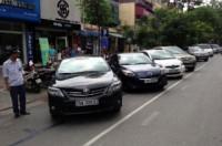 Trông xe dưới lòng đường: Vẫn còn bất cập