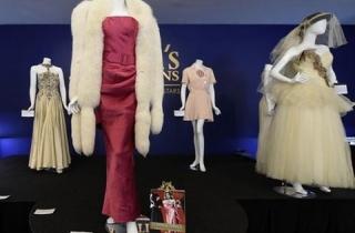 Fan bỏ hàng triệu đô la mua trang phục của Madonna