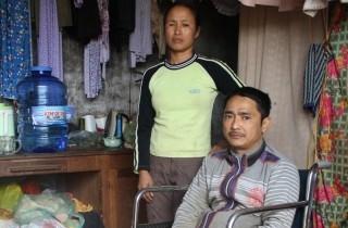 Vợ khiếm thị giúp chồng tật nguyền vượt qua khốn khó