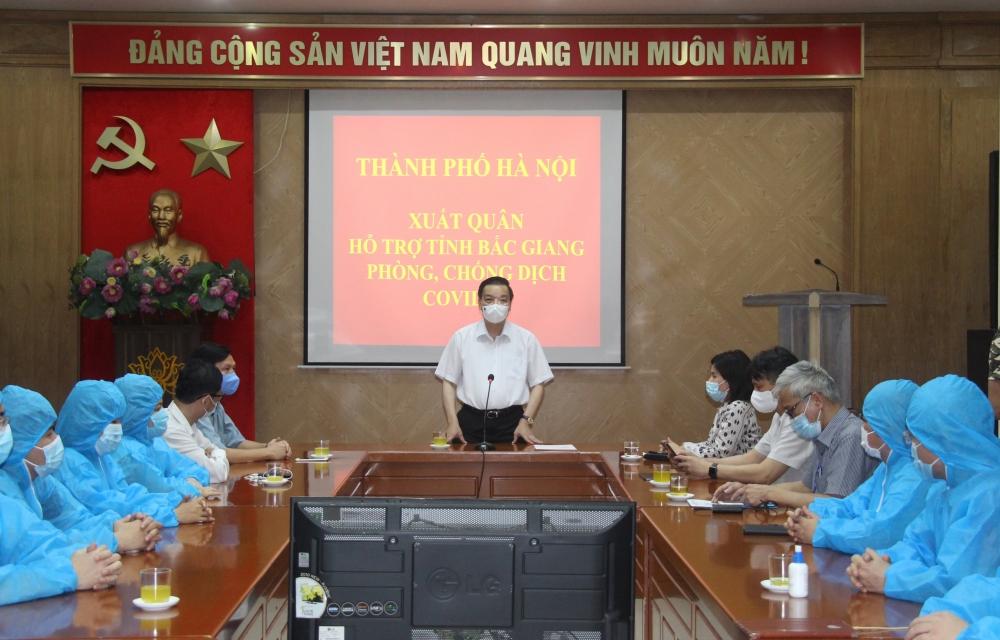Chủ tịch Ủy ban nhân dân thành phố Hà Nội động viên đội ngũ y, bác sĩ lên đường chi viện Bắc Giang dập dịch