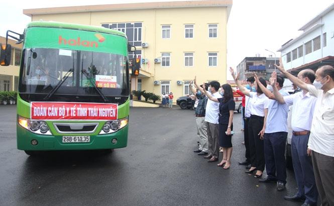 Thái Nguyên: 51 y, bác sĩ lên đường hỗ trợ Bắc Giang dập dịch