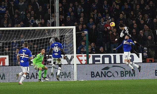 Ronaldo bật cao 2m56, pha đánh đầu Văn Hậu đế giày cách đất 1 mét!