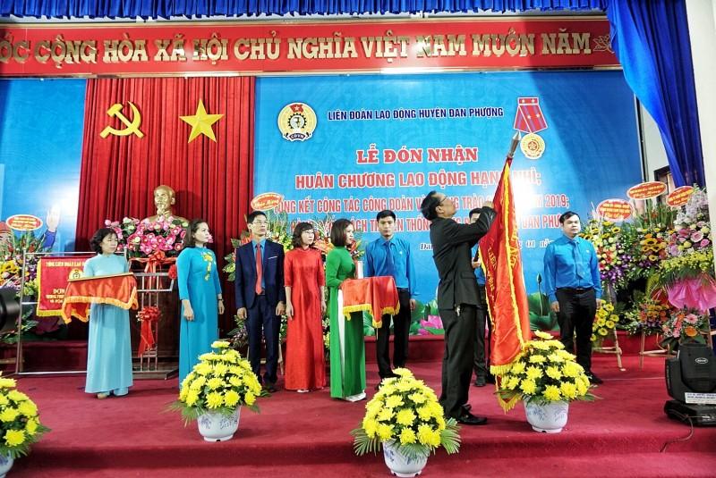 lien doan lao dong huyen dan phuong duoc tang thuong huan chuong lao dong hang nhi