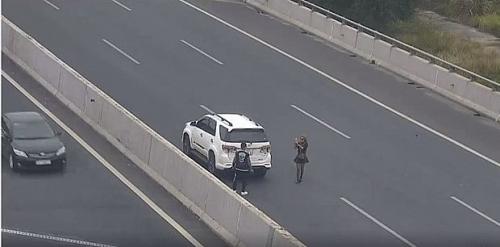 Phạt 7 triệu đồng đối với nữ tài xế đỗ ô tô trên cao tốc để chụp ảnh