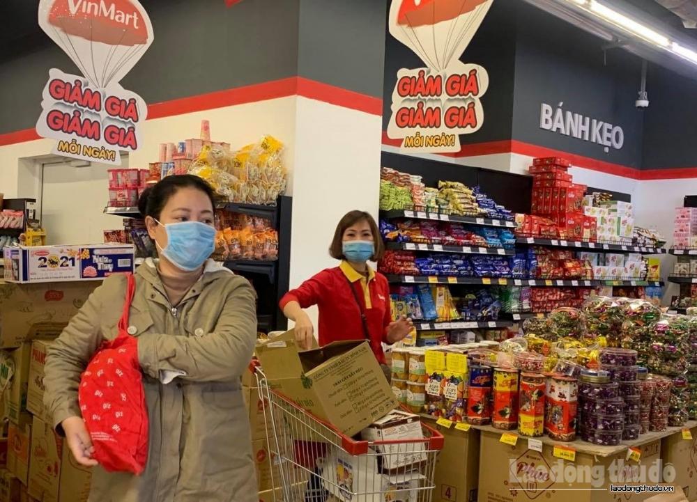 Vẫn đông người đi mua sắm trong sáng 30 Tết