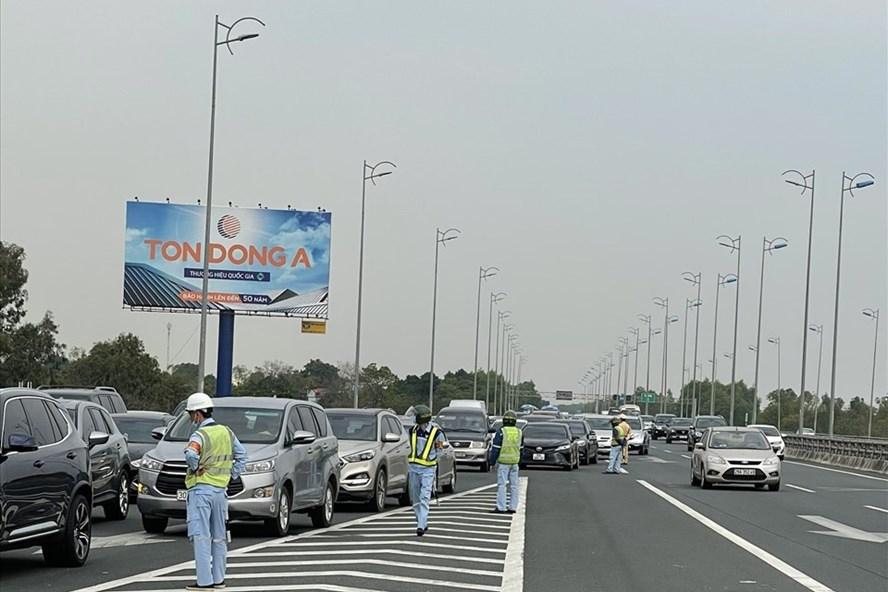 Cảnh sát giao thông phân luồng để chống ùn tắc tại các cao tốc dẫn về Hà Nội