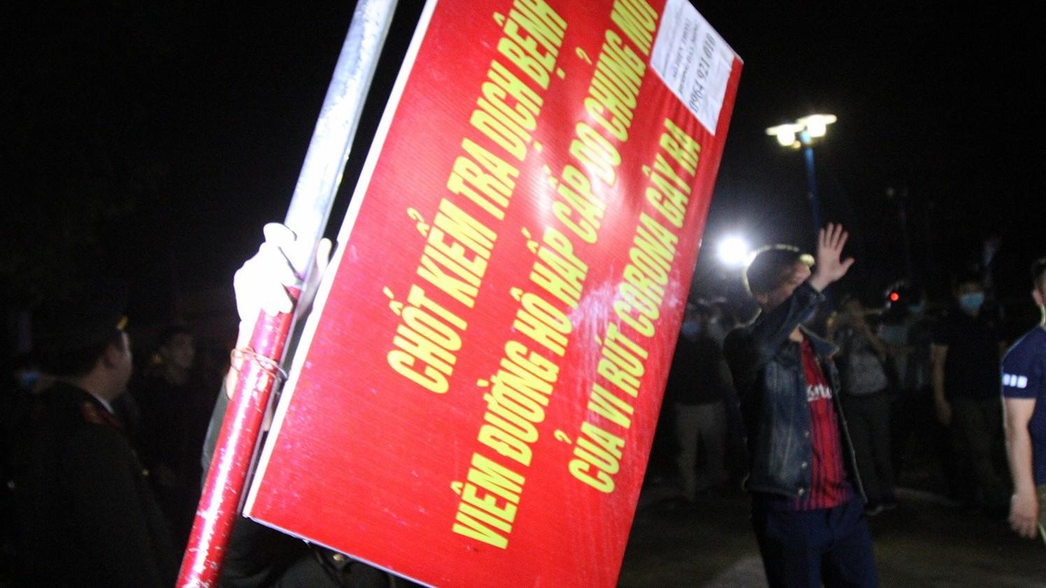 Khoảnh khắc dỡ bỏ chốt kiểm dịch tại xã Sơn Lôi