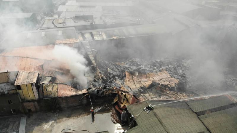Hoài Đức – Hà Nội: Cháy lớn tại xưởng sản xuất vật liệu