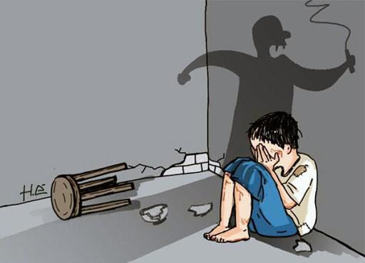 Khởi tố bị can, tạm giam bố dượng và mẹ đẻ bạo hành con gái dẫn đến tử vong