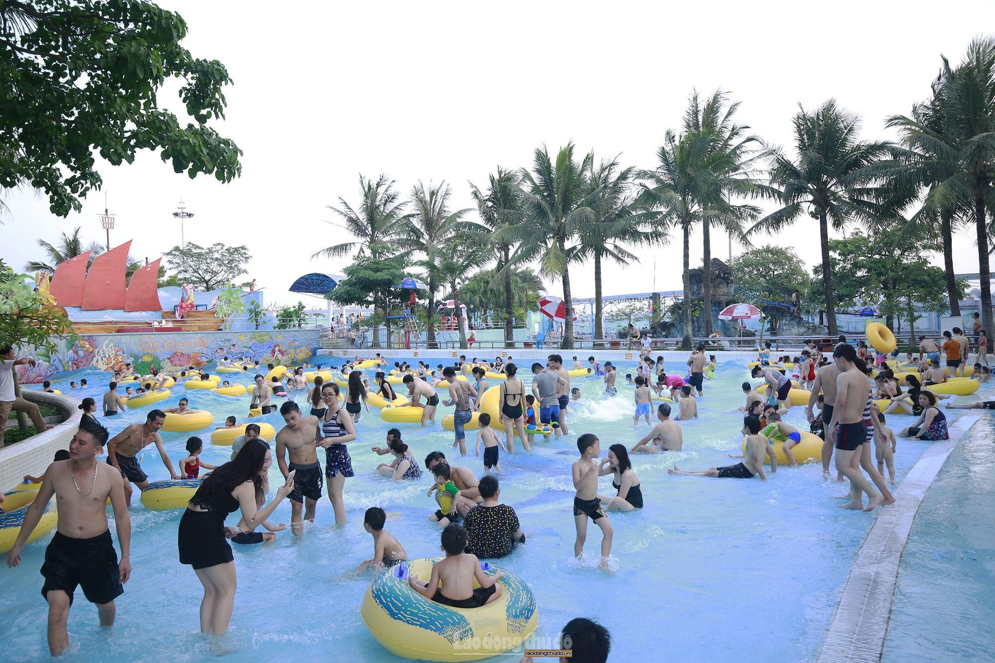 Hàng nghìn người tới công viên nước Hồ Tây trong 2 ngày cuối tuần nắng nóng