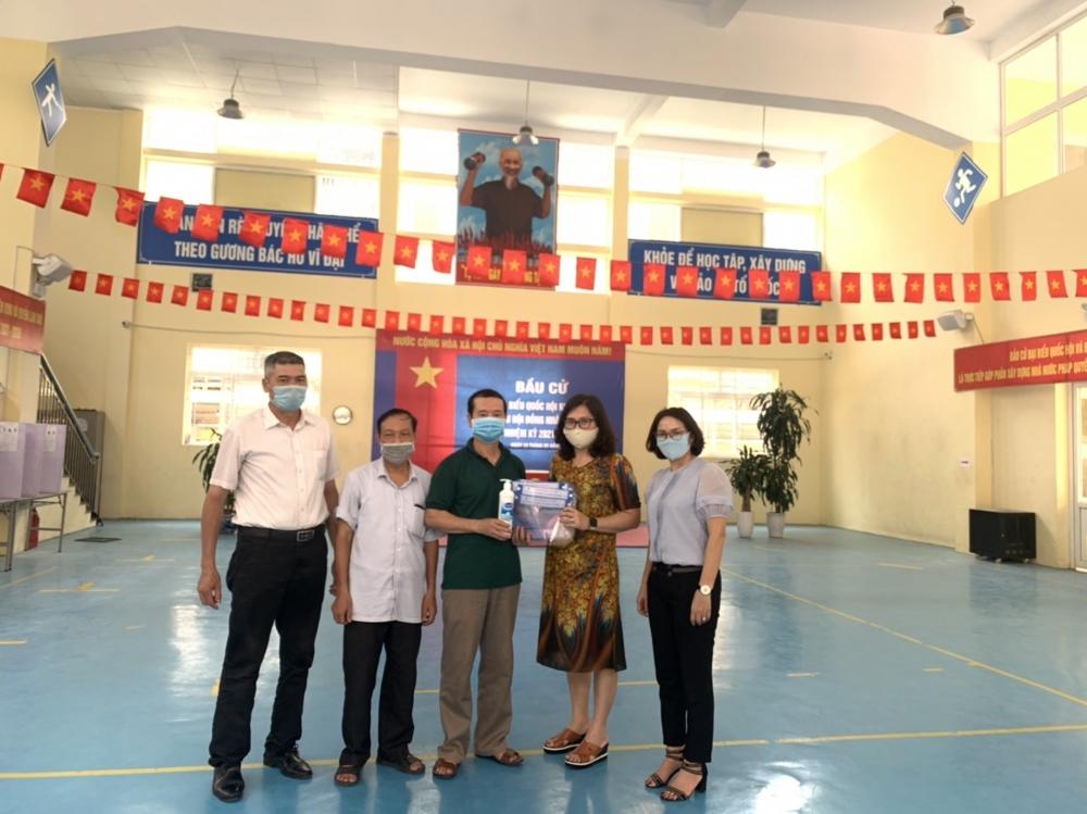 BÁO LAO ĐỘNG THỦ ĐÔ: Trường Tiểu Học Ngô Quyền chung tay đẩy lùi dịch bệnh Covid-19
