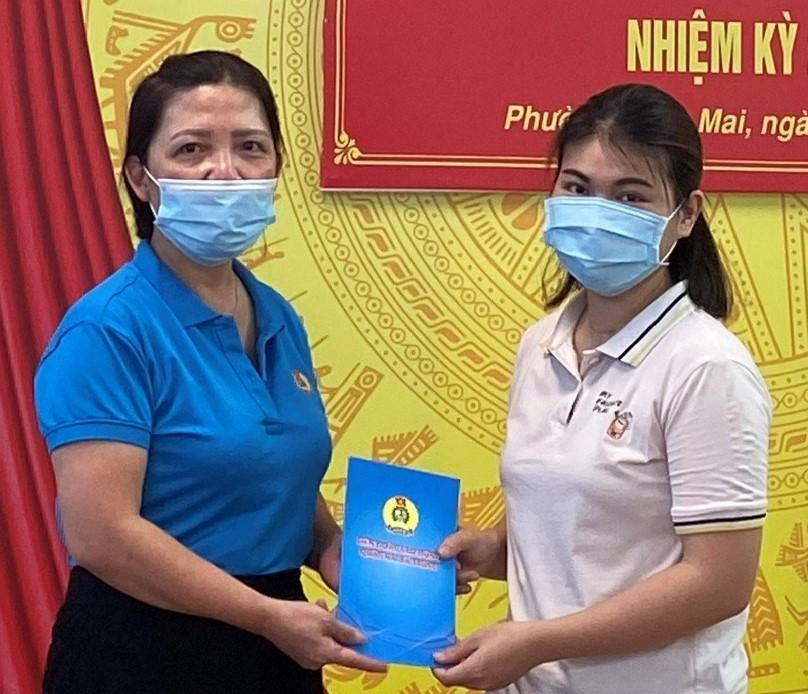 Liên đoàn Lao động quận Hai Bà Trưng động viên, tặng quà đoàn viên mắc bệnh hiểm nghèo