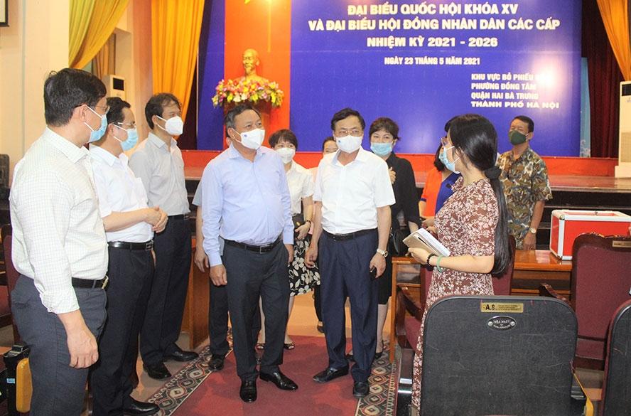Phó Bí thư Thành ủy Nguyễn Văn Phong kiểm tra công tác bầu cử và phòng, chống dịch Covid-19 tại quận Hai Bà Trưng