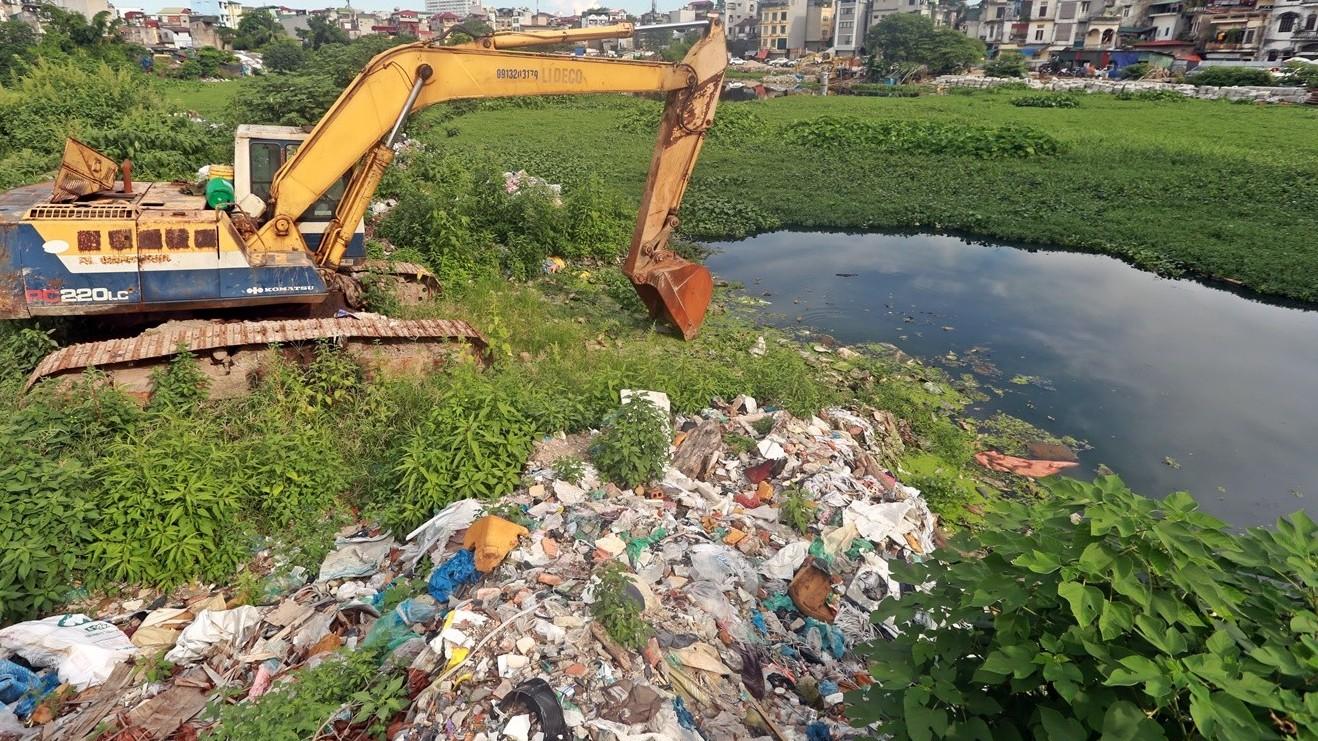 Cận cảnh rác thải bủa vây hồ Linh Quang
