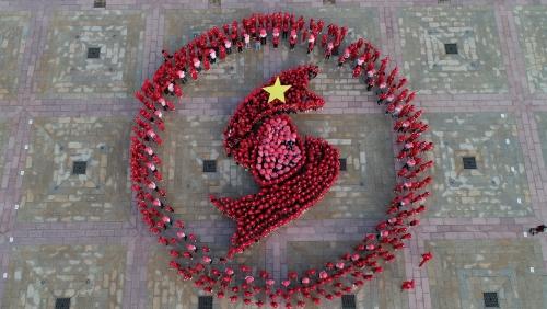 """Hà Nội: Hàng ngàn người xếp hình kỷ niệm 7 năm tổ chức """"hành trình đỏ"""""""