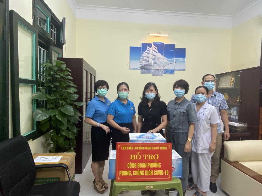 Liên đoàn Lao động quận Hai Bà Trưng: Thăm và tặng nhu yếu phẩm cho Công đoàn 6 phường ghi nhận ca dương tính Sars-CoV-2