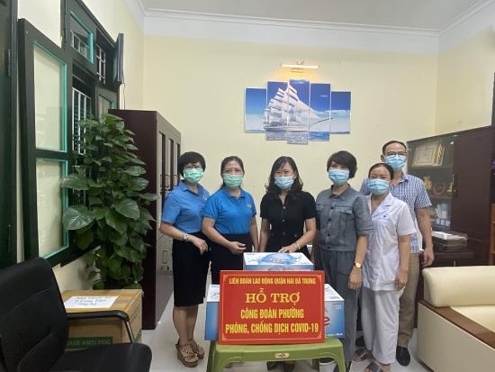 Liên đoàn Lao động quận Hai Bà Trưng: Thăm và tặng nhu yếu phẩm cho Công đoàn 6 phường ghi nhận có các ca mắc Covid-19