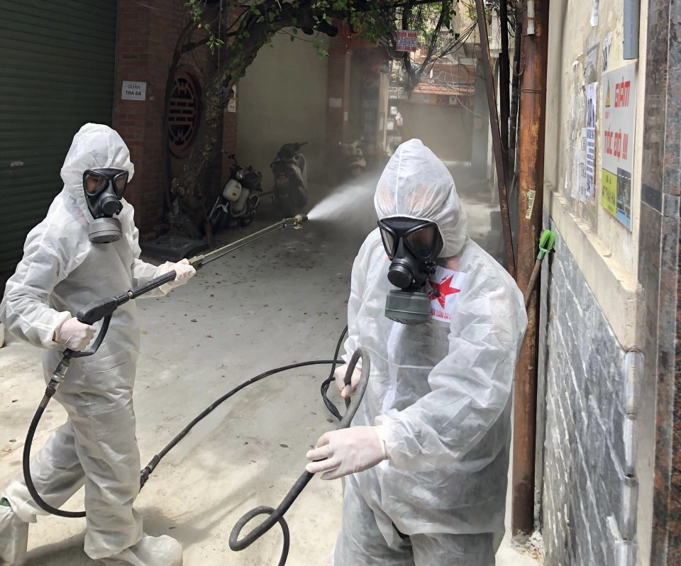 Phun khử khuẩn phòng, chống dịch Covid-19 trên địa bàn quận Đống Đa