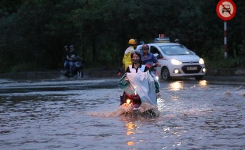 Hà Nội: Đại Lộ Thăng Long vẫn bị ngập nước