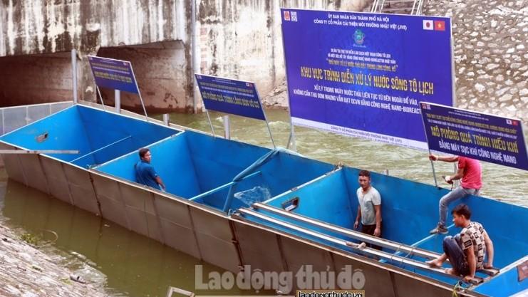 Cận cảnh khu vực xử lý nước có thể tắm được trên sông Tô lịch