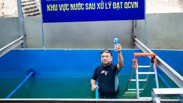 Sau khi ngụp lặn, chuyên gia Nhật khẳng định nước sông Tô Lịch qua xử lý không còn hôi thối