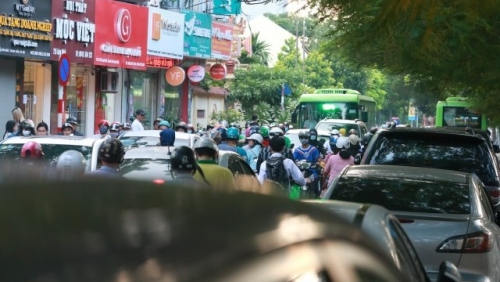 Hà Nội: Bất chấp biển cấm, nhiều xe ô tô nối đuôi nhau đỗ dưới lòng đường giờ cao điểm