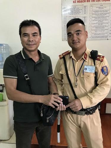 Hà Nội: Cảnh sát giao thông trả lại tiền cho người đánh rơi