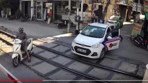 Tước giấy phép lái xe 2 tháng đối với tài xế taxi vượt rào chắn đường sắt