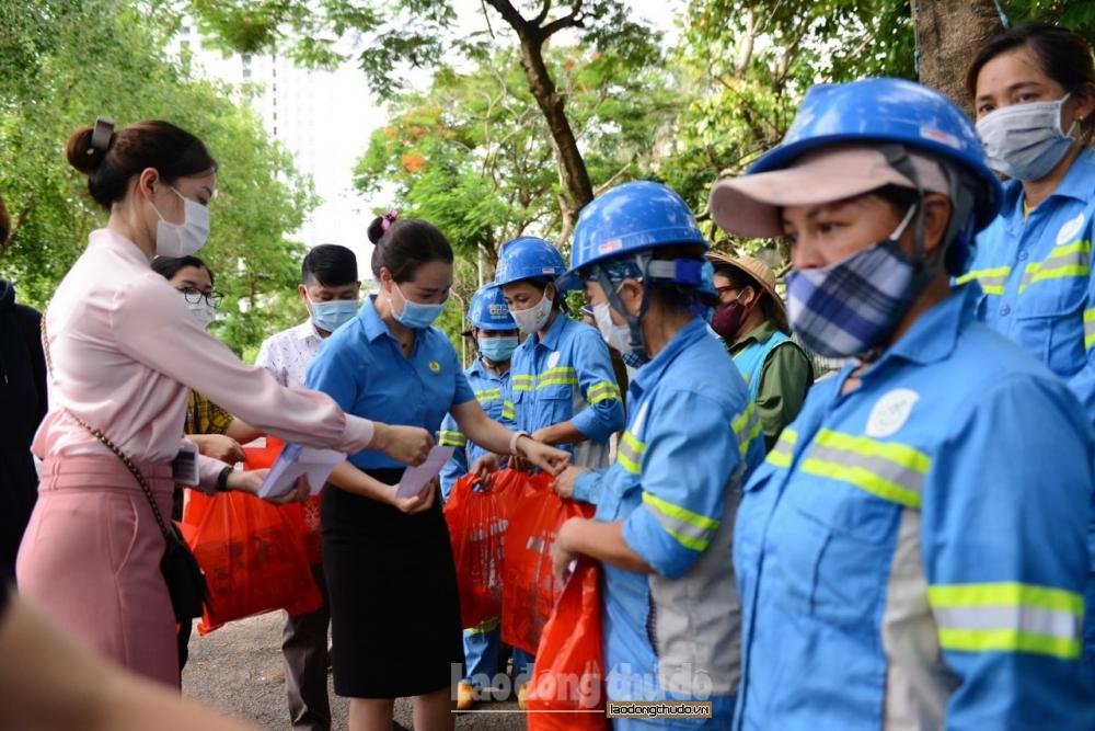 Trao hỗ trợ đột xuất cho công nhân môi trường bị cướp xe máy