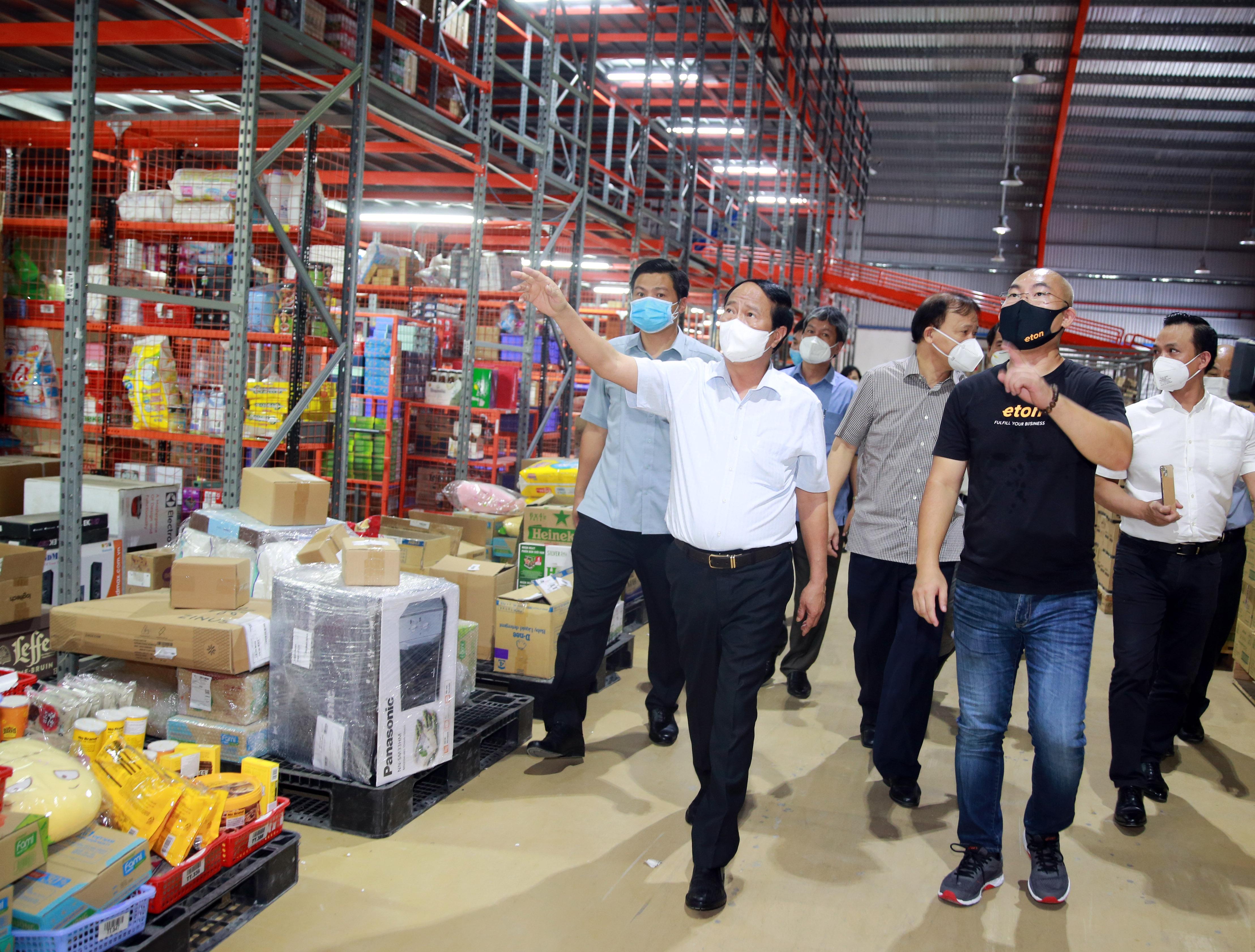 Phó Thủ tướng Lê Văn Thành kiểm tra các  kho hàng và hệ thống phân phối lương thực, thực phẩm của TP. Hồ Chí Minh