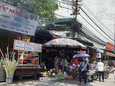 Hàng quán nhếch nhác trên phố Phùng Khoang