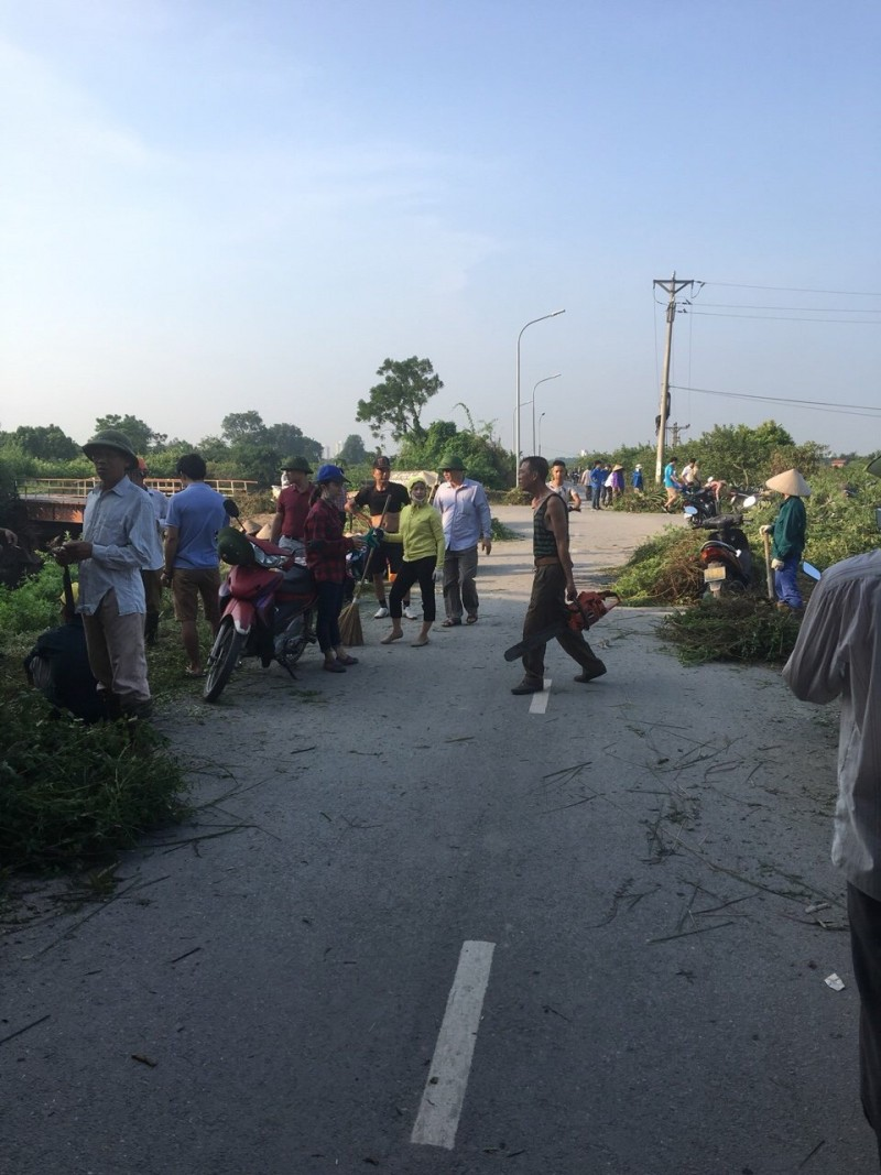 Xã Đông Dư ra quân làm sạch sông Cầu Bây
