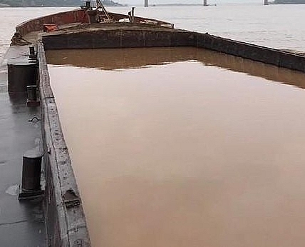 Bắt một tàu đang khai thác cát trái phép trên sông Hồng