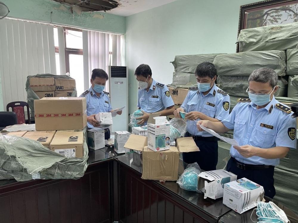 Tạm giữ số lượng lớn sản phẩm, thiết bị y tế không rõ chất lượng để điều tra