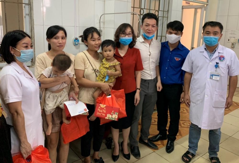 Tặng quà Trung thu cho bệnh nhi tại Bệnh viện Đa khoa huyện Đan Phượng