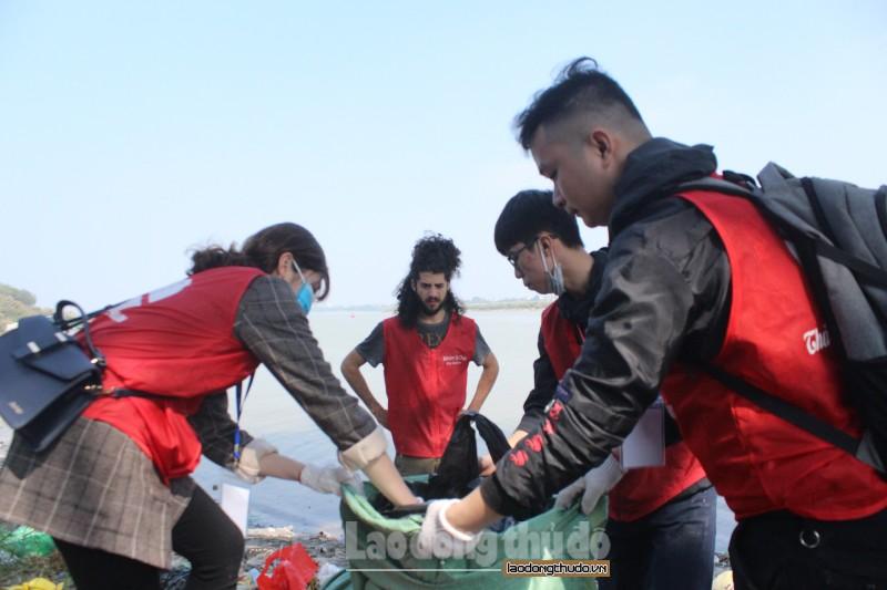 Đông đảo tình nguyện viên túc trực giúp người dân thả cá trên cầu Long Biên