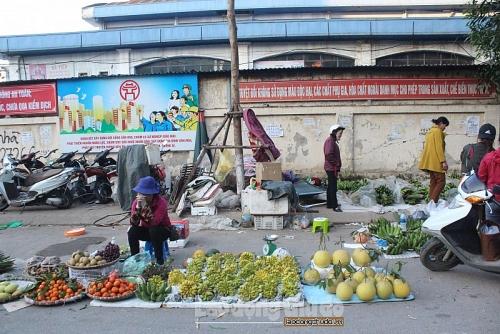 Hàng Tết lấn chiếm vỉa hè, lòng đường chợ Đồng Xa