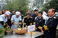 Các chiến sĩ hải quân thi gói bánh chưng đón Xuân Canh Tý