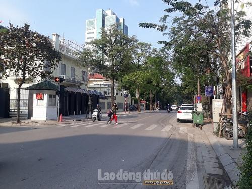 Đường phố Hà Nội nơi thông thoáng, nơi ùn ứ trong ngày làm việc đầu tiên
