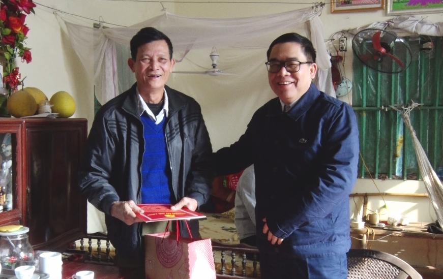 Bí thư Huyện ủy Mê Linh thăm, tặng quà Tết cho các đối tượng chính sách