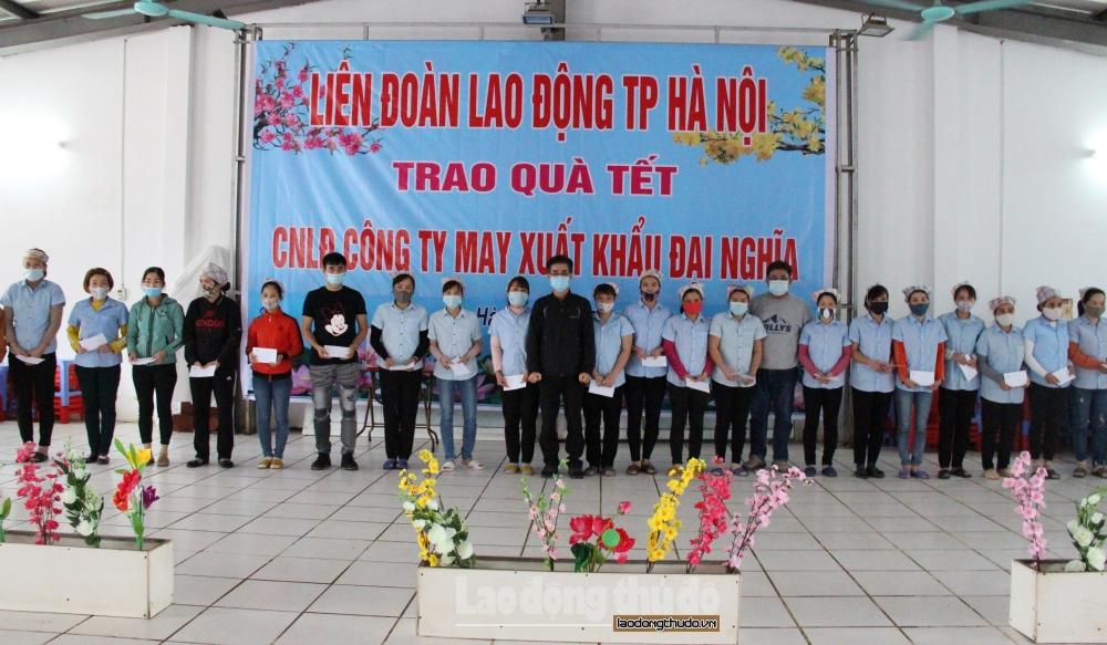 Lãnh đạo Liên đoàn Lao động thành phố thăm, tặng quà công nhân lao động có hoàn cảnh khó khăn