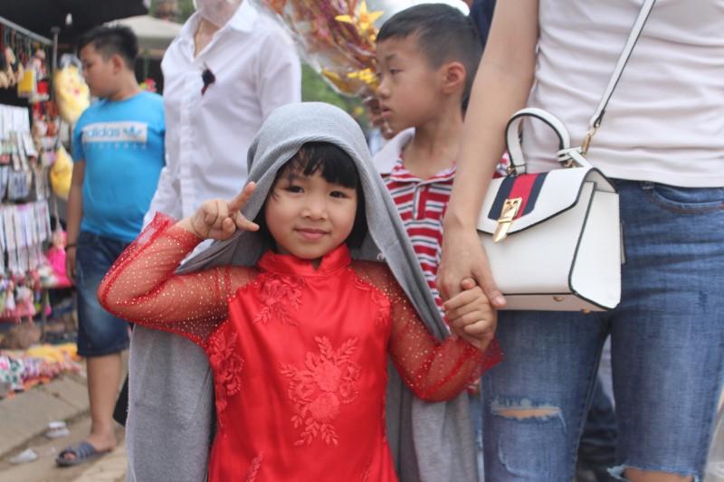 Bất chấp thời tiết nắng nóng, các em nhỏ hứng khởi theo chân cha mẹ trẩy hội đền Gióng