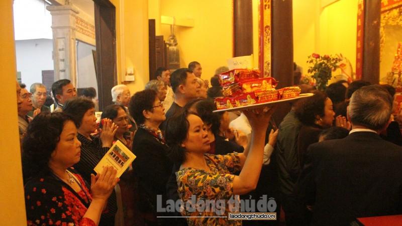 Đình Kim Mã chật kín người trong lễ hội đầu năm