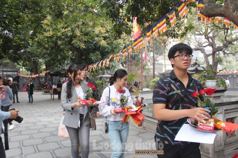Nam thanh nữ tú đổ về chùa Hà cầu duyên trong ngày lễ tình nhân