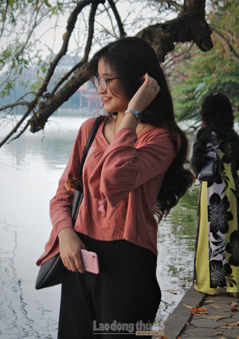 Thu hút các bạn trẻ tới tham quan và chụp ảnh là 2 cây lộc vừng cổ thụ đối diện khu vực vườn hoa Lý Thái Tổ.