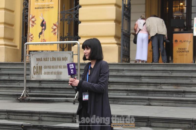 Đông đảo phóng viên quốc tế và du khách nước ngoài tới tham quan Nhà hát lớn Hà Nội